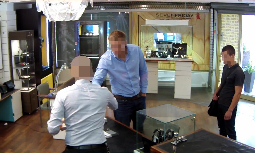HILSER FØR RANET: Ranerne ga seg ut for å være kunder som skulle kjøpe klokke. Her hilser en av dem på urmakeren før ranet.