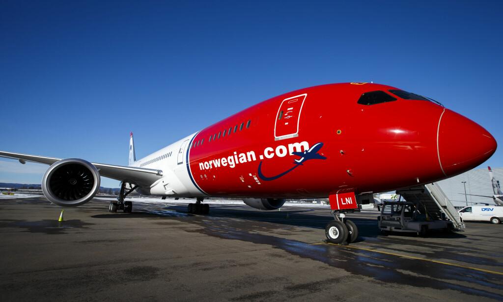 BOEING 787-9 DREAMLINER: Her har Norwegians 9. Dreamliner nettopp ankommet Gardermoen fra fabrikken i Seatte i februar 2016. Nå har norske turister ventet i mer enn 30 timer i Bangkok uten å få vite når de kommer hjem. Arkivfoto: Heiko Junge, NTB Scanpix.