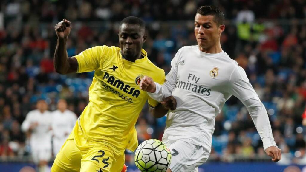 HYLLES:  Villarreal-forsvareren Eric Bailly, her i duell med Real Madrids Cristiano Ronaldo, ble José Mourinhos første kjøp som Manchester United-manager. Nå hylles han av speider Stig Torbjørnsen. Foto: EPA/JuanJo Martin