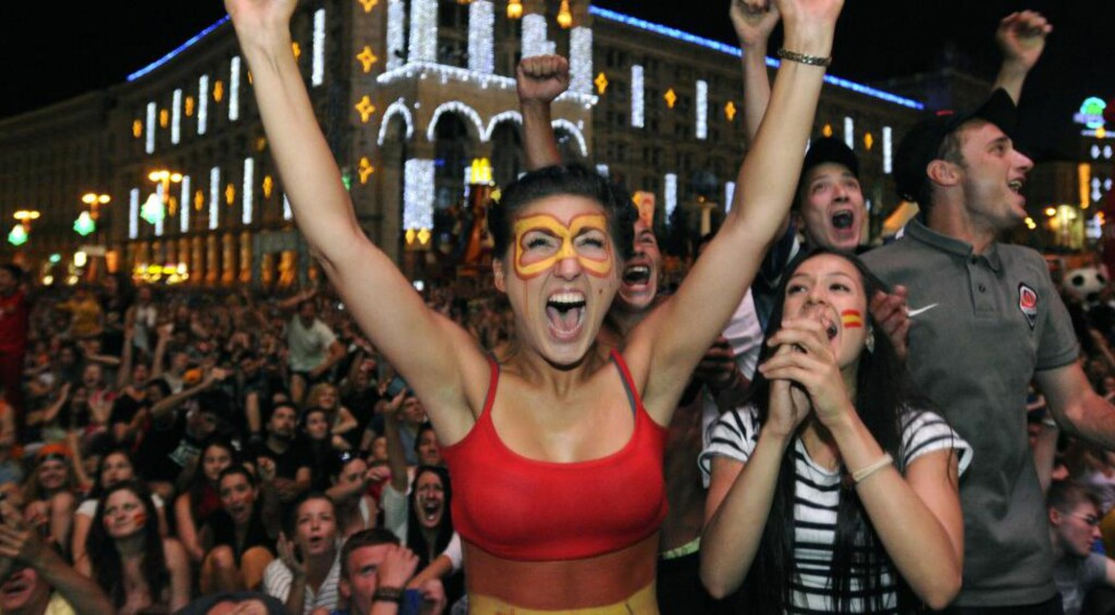 Spansk jubel: Spanjolene kunne juble i EM 2012, men fortvilet i forrige VM. Blir det armene i været eller knallhardt i bordet for fansen denne gang? Foto: (AP Photo/Sergei Chuzavkov)