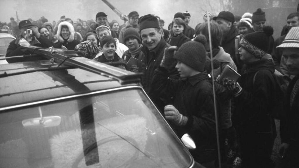 SELVE HELTEN:  På 1960-tallet trakk Bjørn Wirkola fans på samme måte som dagens langrennsløpere. Det blir en utfordring for hoppmiljøet å finne en ny Wirkola. FOTO:: Aktuell / SCANPIX.