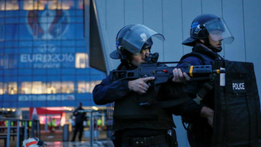 TERROR-ØVELSE: Franske myndigheter tar ingen sjanser foran sommerens EM-sluttspill, og har kalt inn 60 000 politifolk som skal sørge for sikkerheten. De siste ukene har politiet gjennomført en rekke terrorøvelser, som her utenfor Parc Olympique Lyonnais i Lyon mandag. Foto: Robert Pratta / Reuters / NTB Scanpix