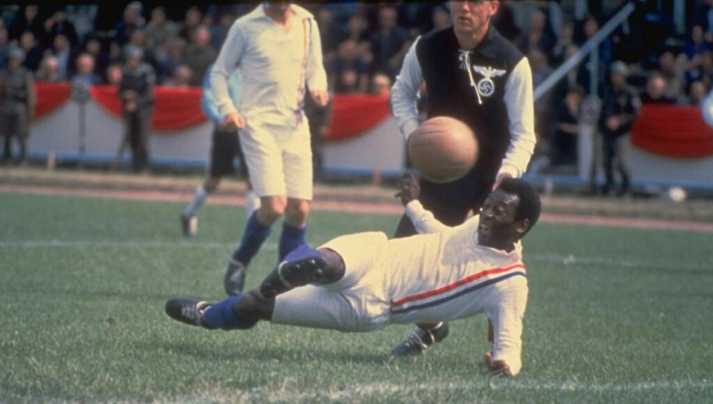 """VERDENS BESTE: Pelé er en av verdens beste fotballspillere. Nå selger han minnene sine. Her fra filmen """"Escape to victory"""". Foto: Allsport UK /Allsport"""
