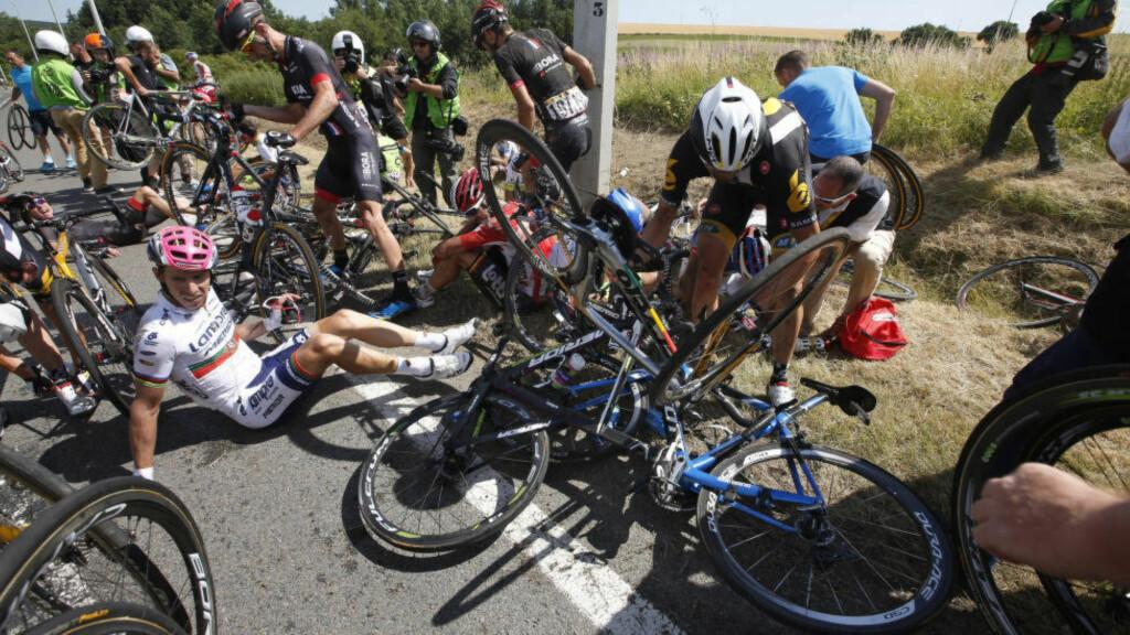 NOK EN MOTORSYKKELULYKKE: Flere ryttere er sendt til sykehus etter at to motorsykler krasjet inn i feltet i Belgia rundt. ARKIVFOTO: ERIC GAILLARD (Scanpix/Reuters)