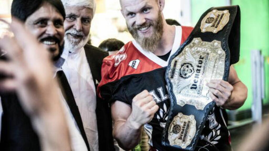 "MED VINNERBELTET:   Norges MMA-stjerne Emil ""Valhalla"" Meek ankom Gardermoen tirsdag. Foto: Thomas Rasmus Skaug / Dagbladet"