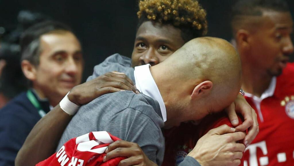 GRÅT: En rørt Pep Guardiola ble trøstet av David Alaba og spillerne etter hans siste kamp som manager i Bayern München. Foto: REUTERS/Michael Dalder