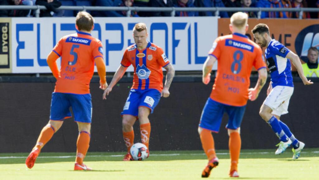 HYLLET: John Arne Riise ble hyllet av AaFK-fansen til tross for en ny kamp uten seier. Foto: Svein Ove Ekornesvåg / NTB scanpix