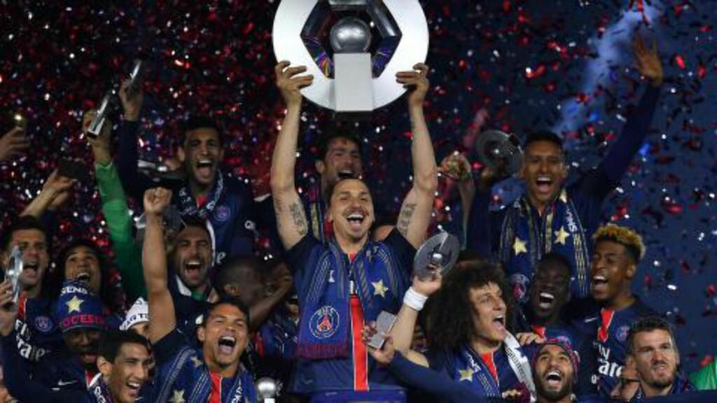 FEIRET: Zlatan Ibrahimovic og lagkameratene kunne endelig slippe jubelen løs. Foto: AFP PHOTO / FRANCK FIFE / NTB Scanpix