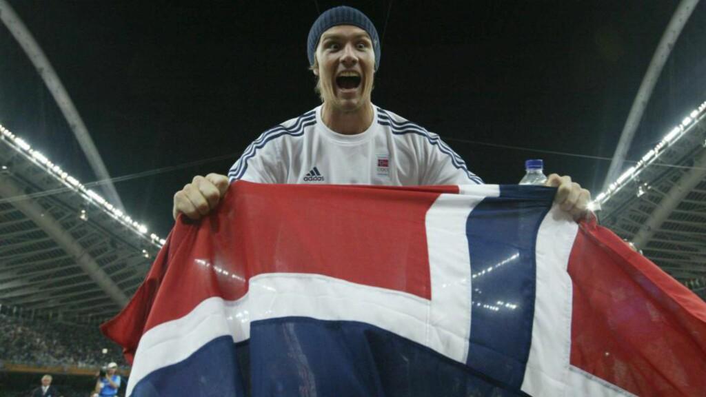 SJOKKERTIE I ATEN:  Andreas Thorkildsen etter det overaskende OL-gullet i 2004.  FOTO:Erik Berglund.