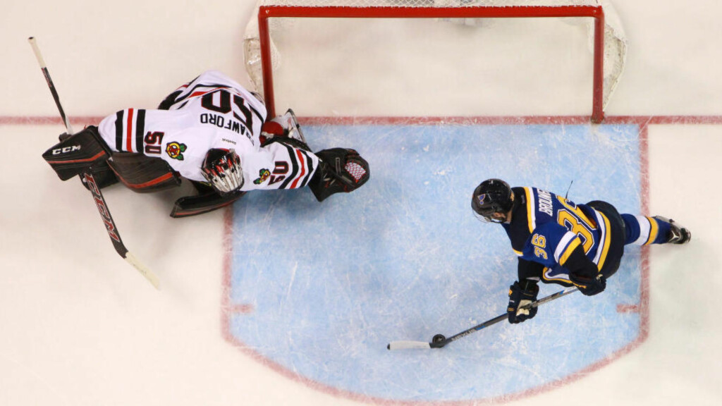 HER BLIR DET FARVEL: St. Louis Blues' Troy Brouwer scorer målet som sender de regjerende mesterne ut av NHL-sluttspillet i første runde.Foto: Chris Lee/St. Louis Post-Dispatch/TNS/ NTB Scanpix