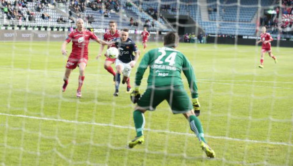 NÆR SCORING: Vikings Claes Kronberg var bare et svakt mottak fra å kunne sette inn 1-0 for Viking i første omgang. Foto: Bjørn Langsem/Dagbladet