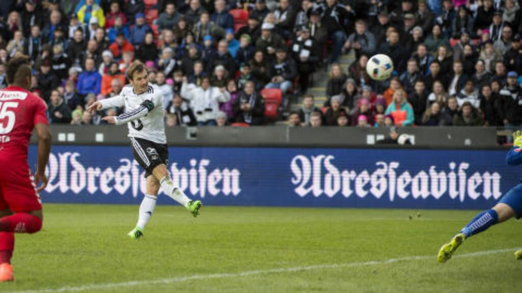KJEMPEBOM: Rosenborgs Mike Jensen skyter himmelhøyt over målet. Foto: Ned Alley / NTB scanpix
