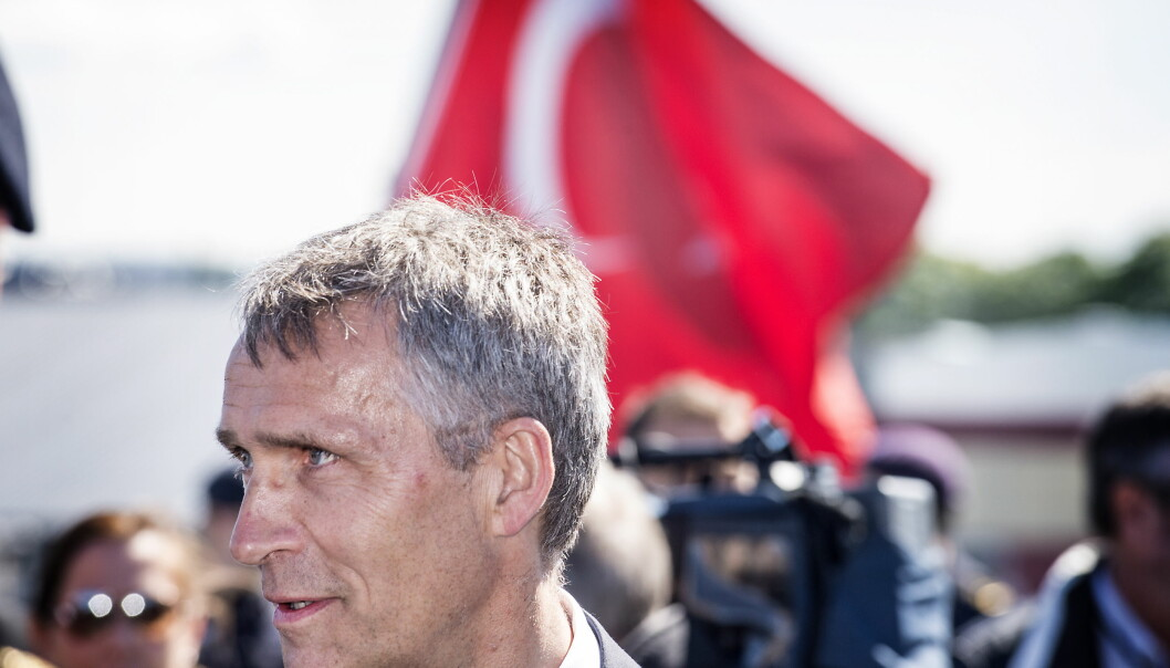 <strong>KAMP MOT TERROR:</strong> NATO-sjef Jens Stoltenberg sier kampen mot utstabilitet og terror i alliansens nabolang skal trappes opp. Her på besøk under en marineøvelse i Trondheim, med det tyrkiske flagget i bakgrunnen. Foto. HAns Arne Vedlog  / Dagbladet