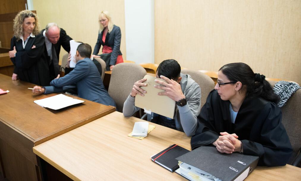 <strong>&nbsp;I RETTEN:</strong> De to domfelte mennene i retten med sine advokater. Photo: Marius Becker / DPA / NTB Scanpix