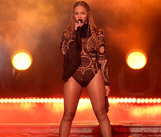 POPSTJERNE: Et av Beyoncés varemerker på scenen er kul og sexy bodyer. Her under BET Awards i fjor. Foto: Splash News/ NTB scanpix
