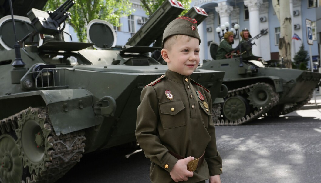 <strong>TIDLIG KRØKES:</strong> En guttunge kledd opp i sovjetisk militær uniform i Donets i Øst-Ukraina. I denne klient-staten er sovjet-nostalgien levende. Foto: AFP / Aleksey Filippov / NTB / Scanpix