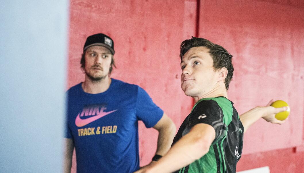 TRENER SAMMEN: Andreas Thorkildsen har trent Karsten Warholm i kast i et år. Unggutten står fast på at han vil satse på mangekamp i framtida, til tross for suksessen på 400 meter hekk. Foto: Hans Arne Vedlog