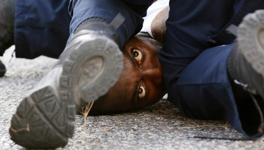 <strong>PÅGREPET:</strong> En demonstrant blir pågrpet under demonstrasjoner i Baton Rouge i Louisana lørdag. Foto: REUTERS/Jonathan Bachman&nbsp;