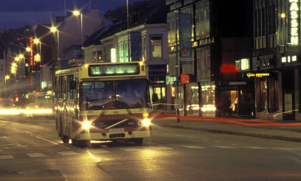 image: - Jeg har tatt nattbuss mange nok ganger til å vite at det skal man bare ikke gjøre