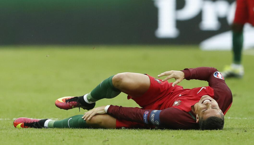 SKADET: Cristiano Ronaldo skadet seg tidlig i EM-finalen mot Frankrike og ble båret ut av stadion. Finalen er over for Portugals største stjerne. Foto: REUTERS/Carl Recine Livepic