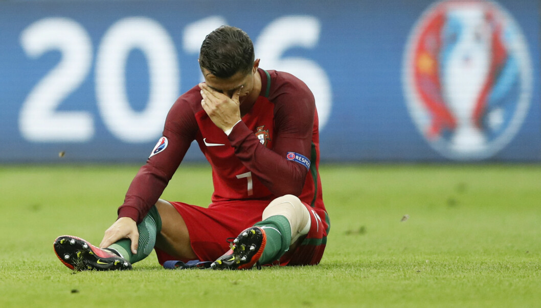 TÅRER: Akkurat som i EM-finalen i 2004, måtte Cristiano Ronaldo ta til tårene. Foto: REUTERS/Carl Recine Livepic