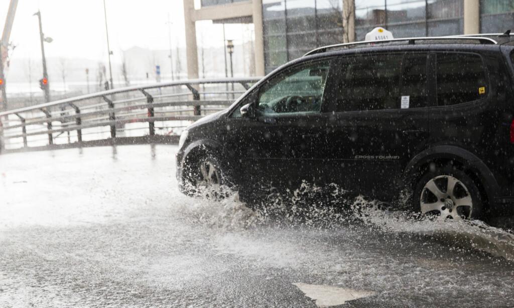 VOLDSOM NEDBØR: Både Oslo og Drammen er rammet av voldsom nedbør mandag ettermiddag.  Foto: Berit Roald / NTB scanpix