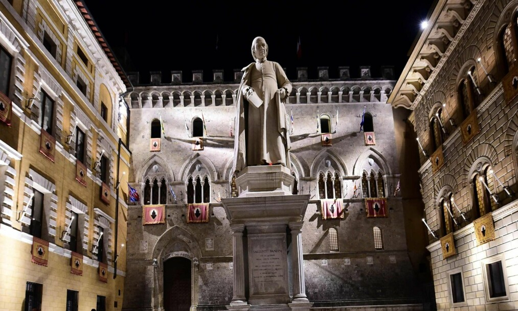 <strong>BANK I KRISE:</strong> Banca Monte dei Paschi di Siena har hovedkvarter i et renessansepalass i Siena. Banken, som er verdens eldste, er blant de hardest rammede av den italienske bankkrisen. Foto: AFP PHOTO