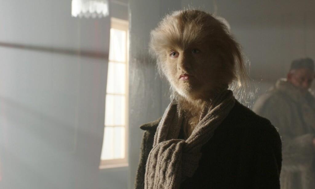 MØTER UTFORDRINGER: Hovedpersonen Eva i «Løvekvinnen» møter utfordringer på grunn av utseendet sitt. Hun har sykdommen hypertrikose, som gjør at kroppen kan bli dekket av hår. Foto: Filmkameratene AS