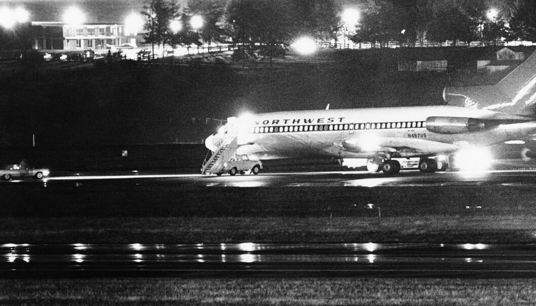 <strong>FYLLER DRIVSTOFF:</strong> Det kaprede Boeing 727-flyet på bakken i Seattle. Passasjerene ble sluppet fri før flyet lettet og fløy videre. Foto: AP Photo / NTB Scanpix