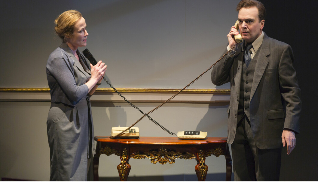 <strong>PÅ SCENEN:</strong> Jennifer Ehle i rollen som Mona Juul og Jefferson Mays som Terje Rød-Larsen på scenen i teaterstykket om Oslo-avtalen på Mitzi Newhouse-teateret i New &nbsp;York. Foto: Lincoln Center Theater