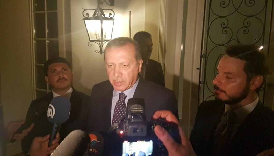 <strong>PARANOIDE TREKK:</strong> - Han viser trekk til å være paranoid, og dette kuppforsøket understreker overfor ham og støttespillerne at de har en berettiget frykt for et statskupp, sier Tyrkia-ekspert Einar Wigen om Tyrkias president Recep Tayyip Erdogan. Her snakker presidenten med journalister i Mugla-distriktet i Tyrkia i dag morges. Foto: Sabri Kesen/Anadolu Agency