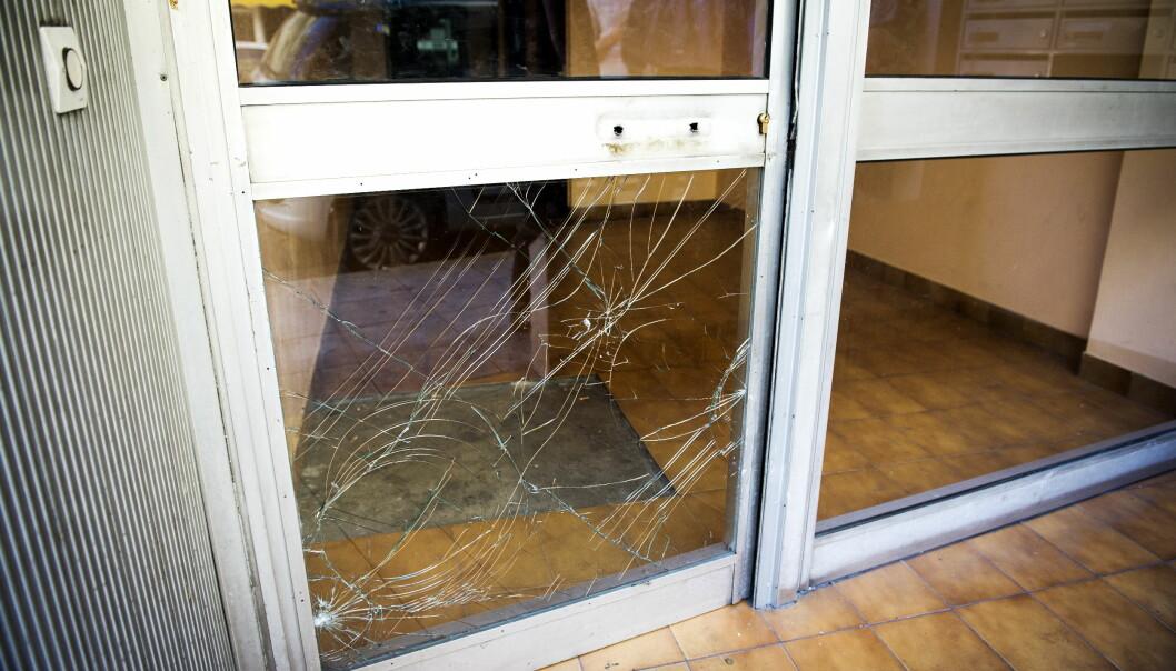 <strong>POLITIET KNUSTE DØRA:</strong> Politiet aksjonerte i dag mot en leilighet like ved sentralstasjonen i Nice, hvor de pågrep en mann de mener har tilknytning til Nice-terroristen. Foto: John Terje Pedersen / Dagbladet