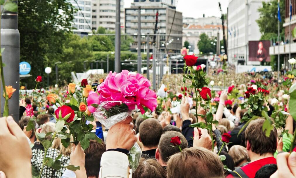 <strong>ANTI-OPPGJØR:</strong> Rosetoget var symptomatisk for hvordan vi forholdt oss til terrorangrepene: Det var et bevegende uttrykk for samhold i sjokket og sorgen, men ikke et samhold i en ideologisk motreaksjon. Heller enn å ta et oppgjør, hadde vi et anti-oppgjør. Vi vek unna, og vi visste at vi gjorde det, skriver Rune Berglund Steen. Foto: Trond J. Strøm / NTB Scanpix