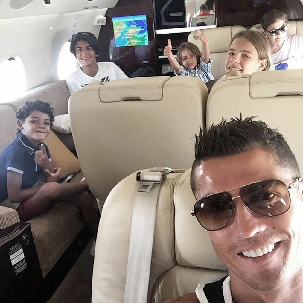 "PRIVATFLY: Ronaldo og familien &nbsp;<span style=""line-height: 1.6em; background-color: initial;"">slipper kø foran skrankene på </span><span style=""line-height: 1.6em; background-color: initial;"">flyplasser. Stjerna har eget fly. FOTO: INSTAGRAM / NTB SCANPIX</span>"