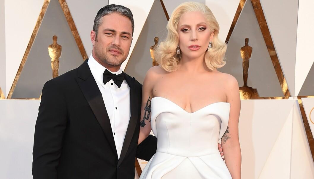 BRYLLUPET AVLYST: Etter fem år som kjærester valgte Lady Gaga og Taylor Kinney å bryte forlovelsen i juli i fjor. Her er paret avbildet sammen i 2016. Foto: NTB Scanpix