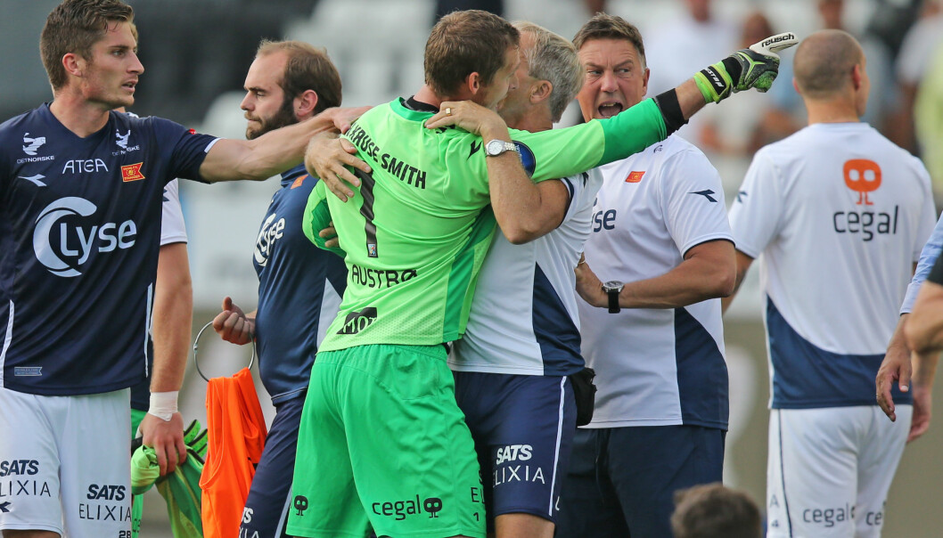 <strong>RASENDE:</strong> Iven Austbø måtte holdes igjen av støtteapparatet etter kampen. Foto: Trond Reidar Teigen / NTB scanpix