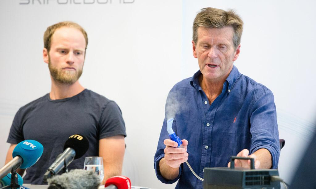 IKKE SÅ MYSTISK: Eks-landslagslege Knut Gabrielsen viser hvordan forstøverapparatet virker med astmatikeren Martin Johnsrud Sundby som tilskuer. FOTO: Audun Braastad / NTB scanpix.