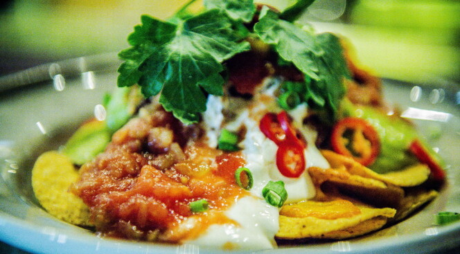 <strong>SMART:</strong> Grovhakket chili på toppen av maten gjør det enkelt å regulere styrken på maten selv. Foto: THOMAS RASMUS SKAUG