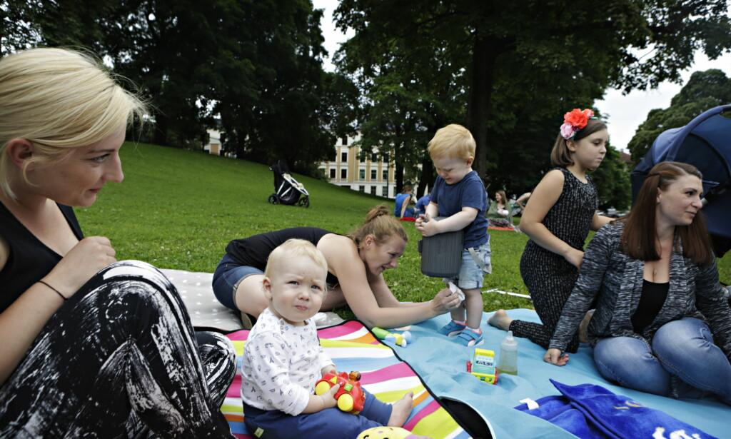 SAMLET: Småbarnsmødrene koser seg i Sofienbergparken i Oslo sammen med barna sine. Foto: Frank Karlsen