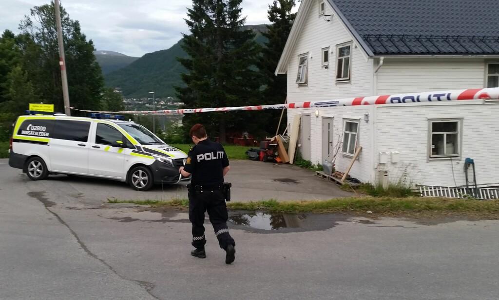 STOR POLITIAKSJON - UVISST HVORFOR: Politiet i Tromsø aksjonerer to steder i kveld, grunnet det som omtales som «en meget alvorlig straffbar handling». Eksakt hva som har skjedd, er fortsatt uvisst. Foto: Lars Andersen
