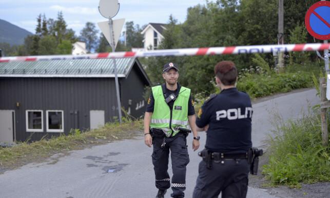 SPERRET AV: Politiet sperret torsdag kveld av ved to adresser, både i sentrum av Tromsø og til åstedet for drapet, en leilighet på Sør-Tromsøya.