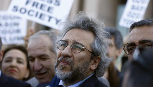 <strong>HARDT PRØVET:</strong> Den tyrkiske redaktøren og kommentatoren Can Dündar og hans magasin Cumhuriyet har blitt hardt prøvet i Tyrkia. Her er redaktøren på vei til sin egen rettssak i Istanbul i fjor. Foto: Osman Orsal / Reuters / Scanpix