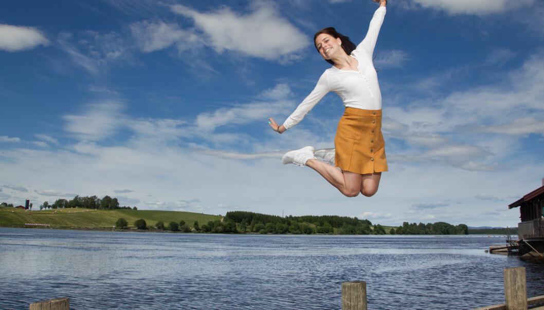 <strong>ET NYTT LIV:</strong> Benedicte Abello fra Lillehammer hoppper av glede for at hun er frisk. Etter å ha vært alvorlig syk det meste av livet, føles det fantastisk å puste ordentlig. Foto: Svend Aage Madsen og privat