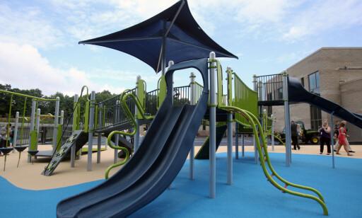 LEK: Her er en av lekeplassene på den nye skolen. Foto: REUTERS / Michelle McLoughlin / NTB scanpix