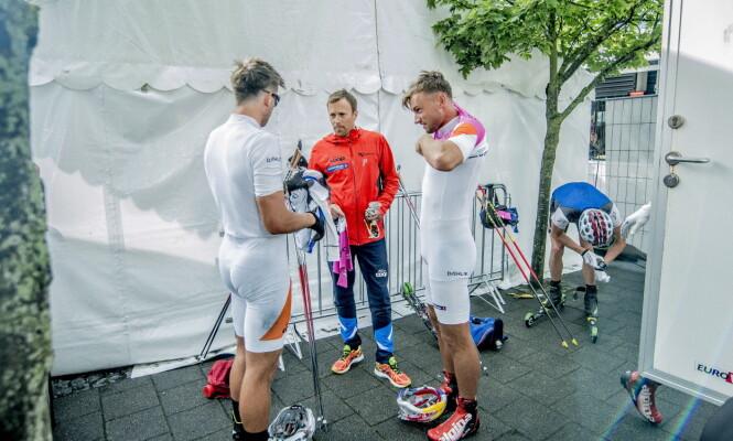 JOBBER SAMMEN: Tomas Northug og Petter Northug forsøker å hjelpe hverandre til suksess, blant annet med trener Stig Rune Kveen i ryggen. Foto: Thomas  Rasmus skaug / Dagbladet