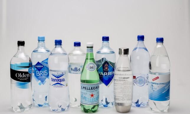 PÅ TESTBENKEN: Vi har testet etablerte merkevarer mot kjedenes egne merkevarer - og boblevann vi laget selv. Foto: ANITA ARNTZEN