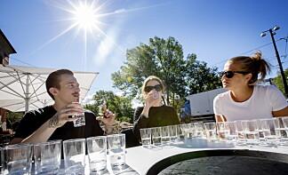BLINDTEST: Smakspanelet fikk ikke vite hvilke vann de hadde smakt på før siste terningkast var satt. Her fra venstre: James Greig, Anne Maurseth, og Elisabeth Dalseg fra Dagbladets matredaksjon. Foto: ANITA ARNTZEN
