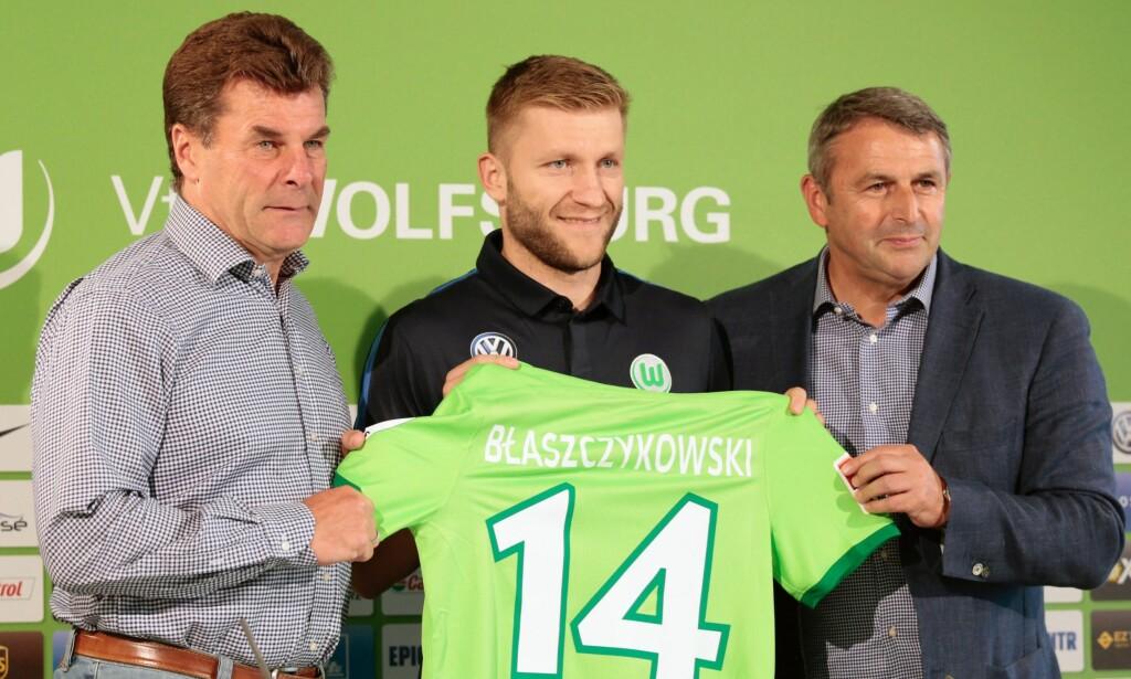 epa05451018 German Bundesliga side VfL Wolfsburg's head coach Dieter Hecking (L) and Club CEO Klaus Allofs (R)  presents new player Jakub Blaszczykowski (C) in Wolfsburg, Germany, 01 August 2016.  EPA/HERMANN HAY