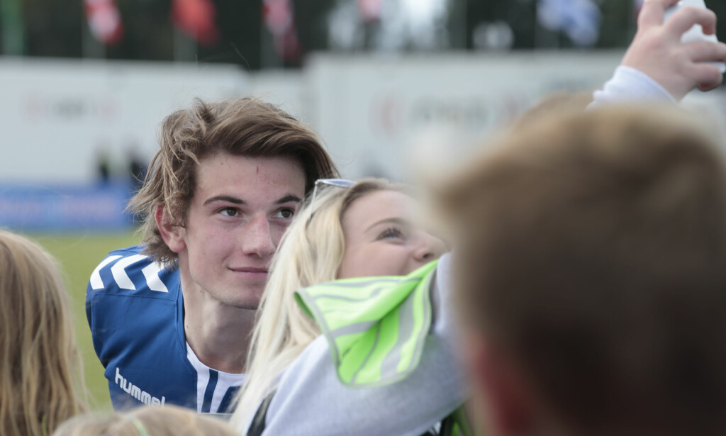 FANSEN FORTVILER: «Skam»-fans fortviler etter at nyheten om Thomas Hayes' exit fra serien sprakk i går kveld. Blant annet er kommentarfeltet på «Skam»-gruppa på Facebook tungt preget av gråteemojis. Her er Hayes avbildet med fans på Norway Cup i forrige uke. Foto: Lise Åserud / NTB Scanpix