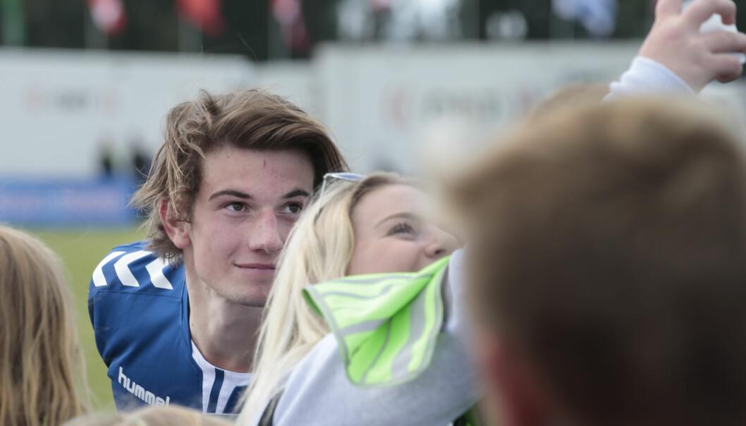 <strong>FANSEN FORTVILER:</strong> «Skam»-fans fortviler etter at nyheten om Thomas Hayes' exit fra serien sprakk i går kveld. Blant annet er kommentarfeltet på «Skam»-gruppa på Facebook tungt preget av gråteemojis. Her er Hayes avbildet med fans på Norway Cup i forrige uke. Foto: Lise Åserud / NTB Scanpix